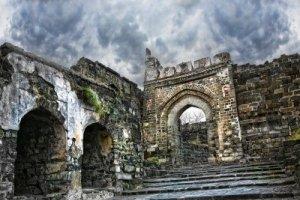 10440764-ancient-daulatabad-fort-with-dramatic-sky-in-aurangabad-maharashtra-india