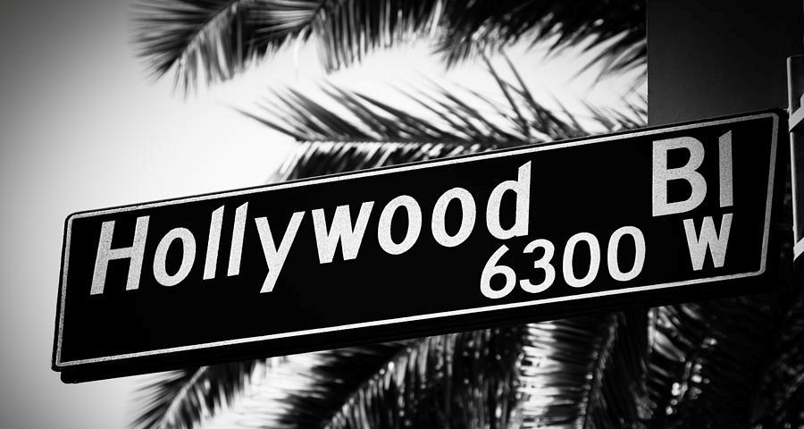 hollywood-boulevard-street-sign-in-black-and-white